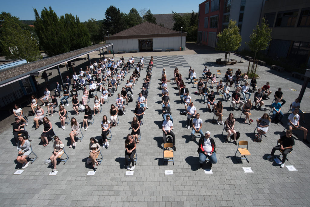 Ungewohntes Bild mit Abstand: die 129 Abgänger der Abschlussklassen der Philipp Freiherr von Boeselager Realschule plus Ahrweiler