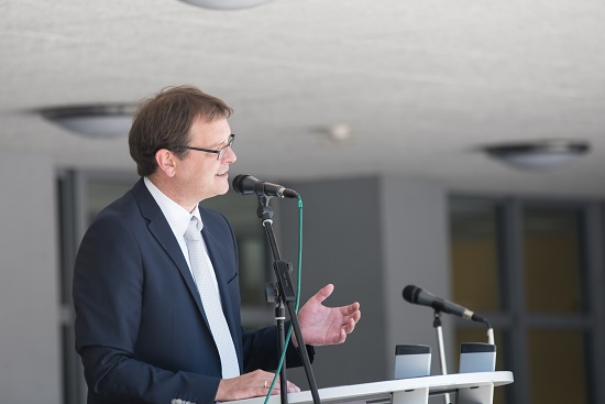 Schulleiter Timo Lichtenthäler bei seinen Abschiedsworten an die Absolventen