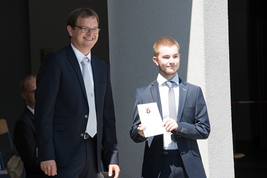 Schulleiter Timo Lichtenthäler und Lukas Wolber (10a) mit der Urkunde für soziales Engagement