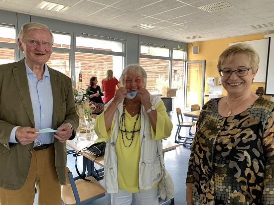 Auch die Pensionäre Ingrid Horst und Winfried Kälicke ließen es sich nicht nehmen, Karin Gerstenmeyer Tipps für die Zeit nach der Schule mit auf den Weg zu geben und ihr alles Gute zu wünschen