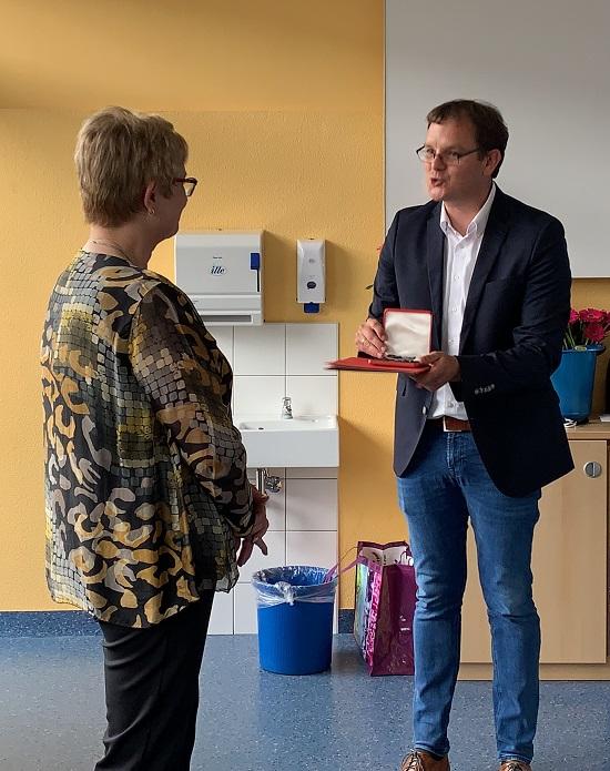 Für ihr ehrenamtliches Engagement im Malteser Hilfsdienstes überreichte Schulleiter Timo Lichtenthäler der scheidenden Kollegin zusätzlich zur Urkunde der Ministerin die Einsatz-Medaille des Malteser Hilfsdienstes.