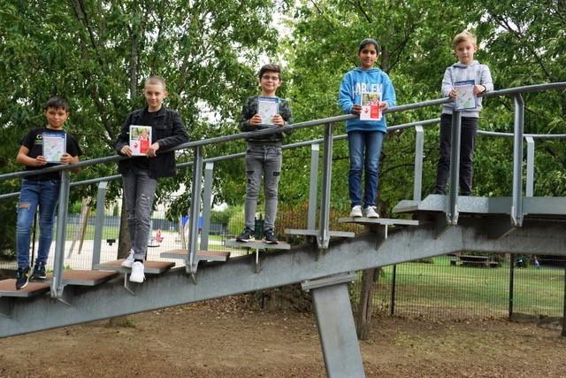 Schüler einer neuen Klasse 5 freuen sich die Spende der Kreissparkasse Ahrweiler, durch die der Schulplaner günstig an die Schüler verkauft werden konnte