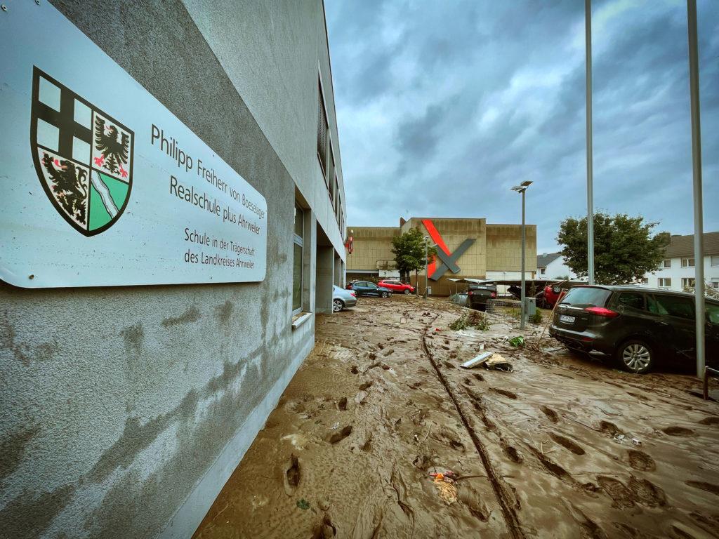 So sah es an Tag 2 der Flutkatastrophe im Eingangsbereich der Boeselager-Realschule Ahrweiler aus – © Ralf Breuer
