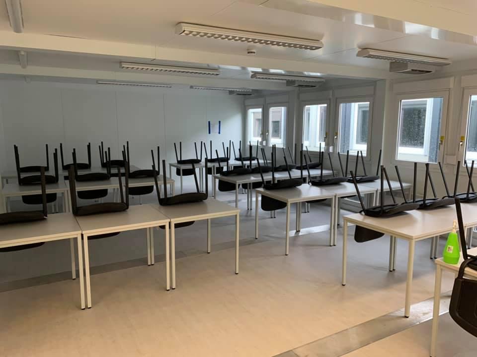 Blick in eine Container-Klasse, in denen am Montag für einige Klassen der Unterricht beginnt